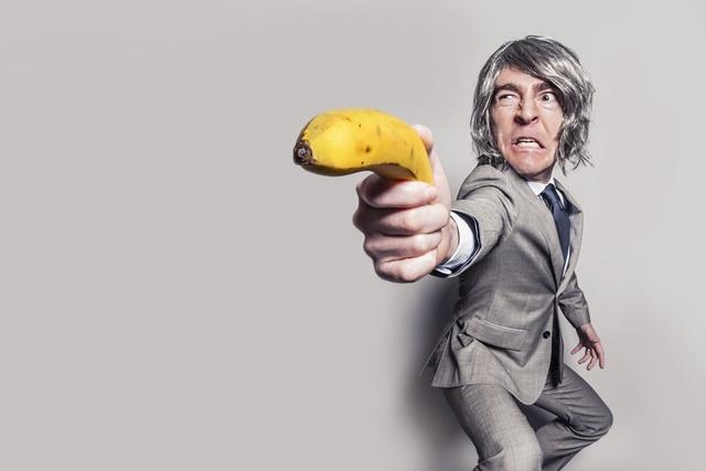 バナナを持っている男性